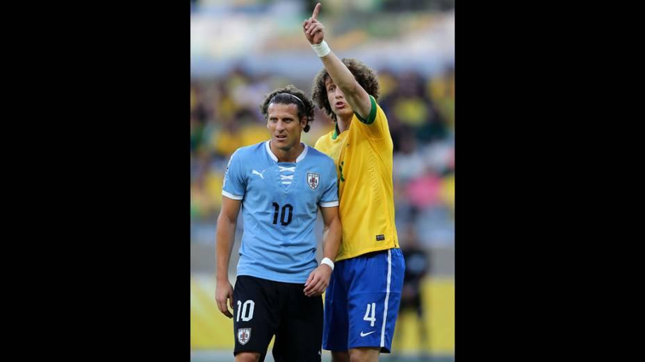 Jogador David Luiz e o uruguaio Forlán, na semifinal da Copa das Confederações, em Belo Horizonte
