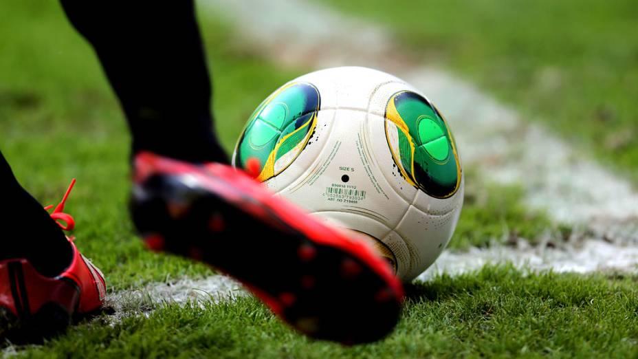 Jogador do Uruguai chuta a bola no jogo contra o Brasil, pela Copa das Confederações, em Belo Horizonte