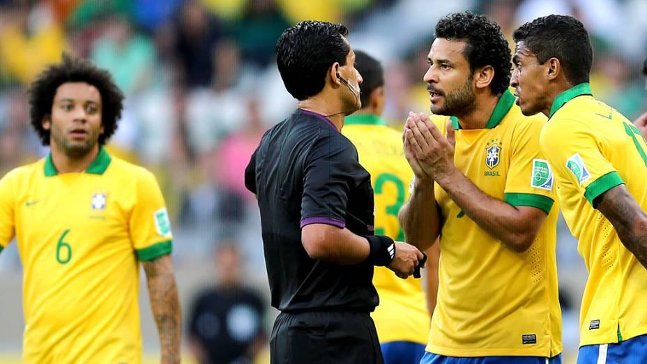 Jogadores do Brasil reclamam de marcação de pênalti com o juiz, no jogo contra o Uruguai, pela Copa das Confederações em Belo Horizonte