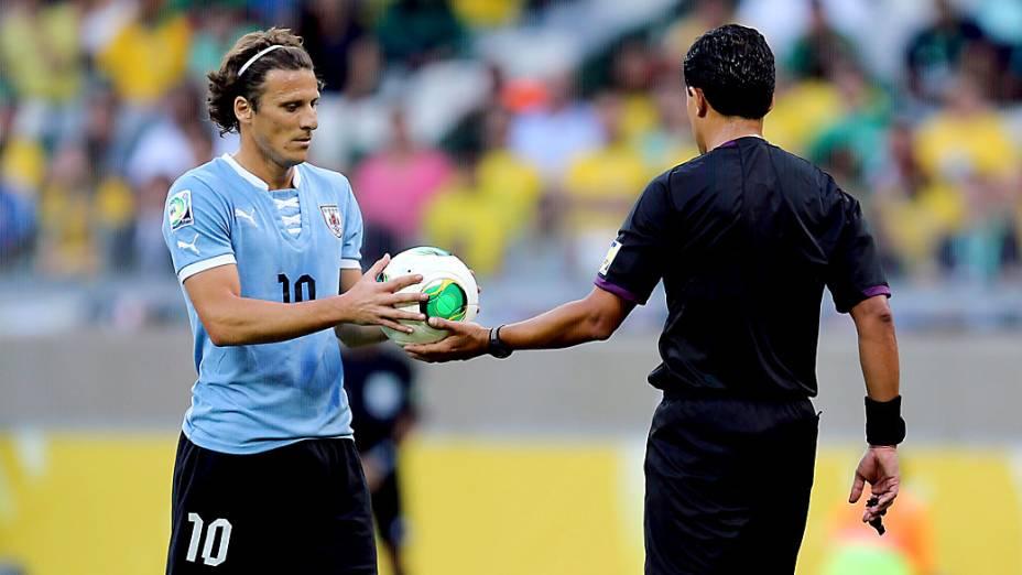 Juiz entrega a bola para o jogador Forlán, do Uruguai, cobrar o pênalti, no jogo contra o Brasil pela Copa das Confederações, em Belo Horizonte