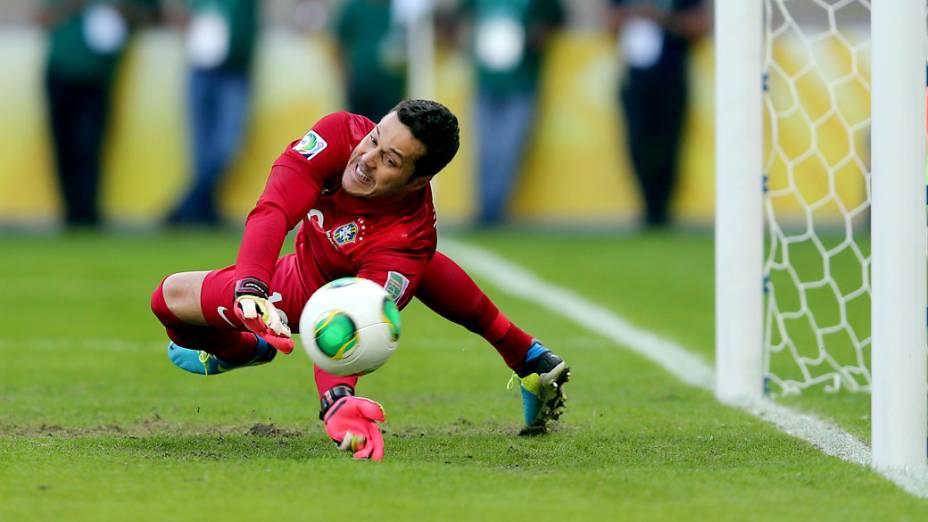 Goleiro Julio César defende o pênalti chutado por Forlán, do Uruguai, pela Copa das Confederações, em Belo Horizonte