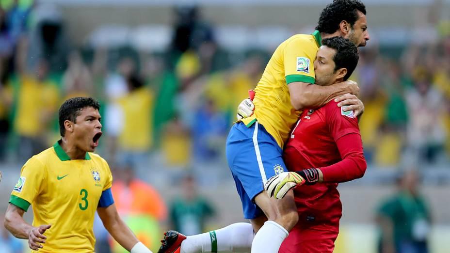 Jogadores comemoram pênalti defendido por Júlio César, contra o Uruguai, na Copa das Confederações