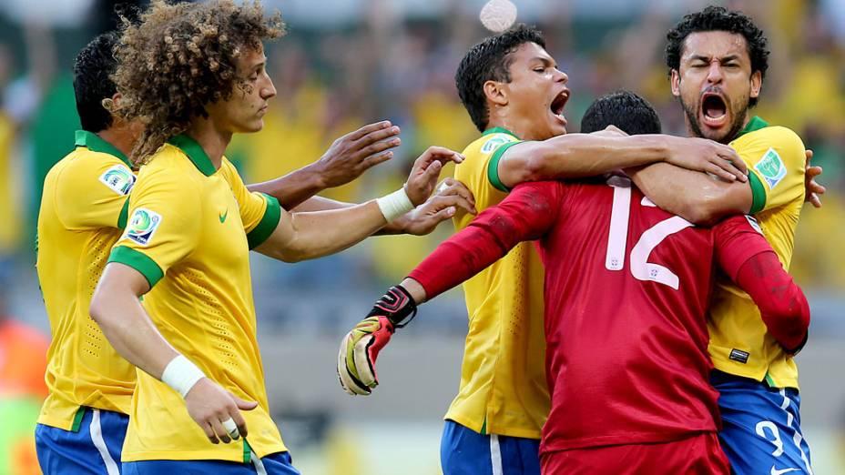 Jogadores do Brasil comemoram pênalti defendido por Júlio César, no jogo contra o Uruguai pela Copa das Confederações, em Belo Horizonte