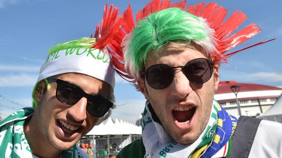 Torcedoreschegam para a partida entre Coréia do Sul e Argélia, no estádio Beira Rio, em Porto Alegre