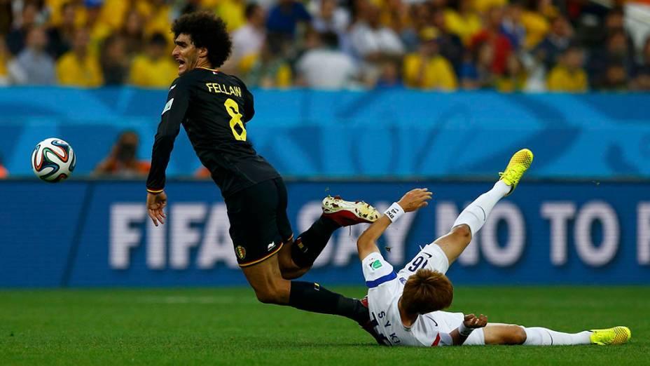 Fellaini, da Bélgica, sofre falta do jogador da Coreia no Itaquerão, em São Paulo