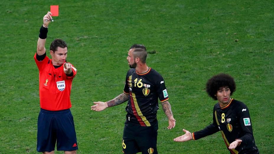 O árbitro Benjamin Williams expulsa o belga Steven Defour durante o jogo contra a Coreia do Sul