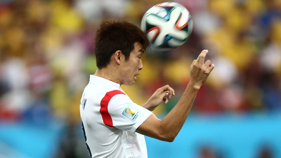 Jogador da Coreia do Sul cabeceia a bola no jogo contra a Bélgica