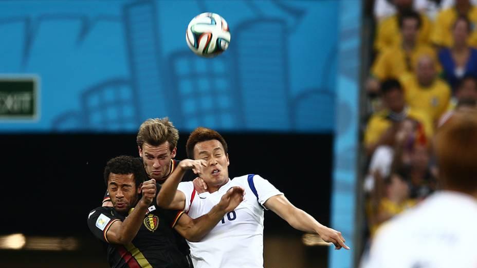 Jogadores da Bélgica e Coreia do Sul disputam a bola no Itaquerão, em São Paulo