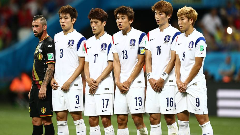 Jogadores da Coreia do Sul fazem barreira durante cobrança de falta da Bélgica