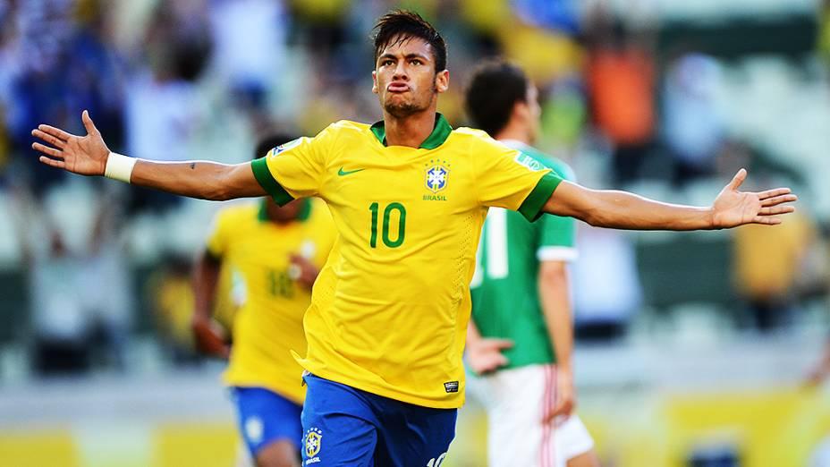 Neymar marca o primeiro gol do Brasil na partida contra o México nesta quarta-feira (19), em Fortaleza