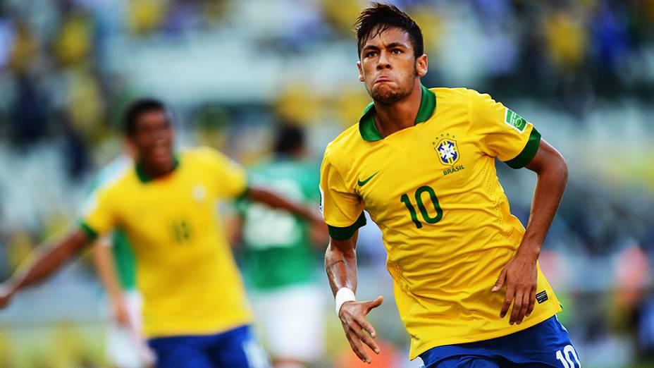 Neymar marca o primeiro gol do Brasil na partida contra o México, em Fortaleza