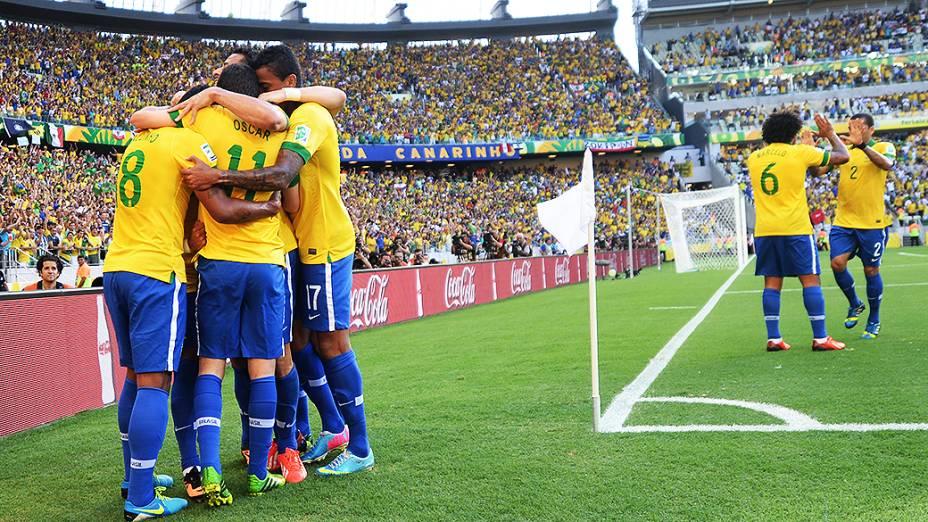 Jogadores do Brasil comemoram gol contra o México, pela Copa das Confederações, nesta quarta-feira (19) em Fortaleza