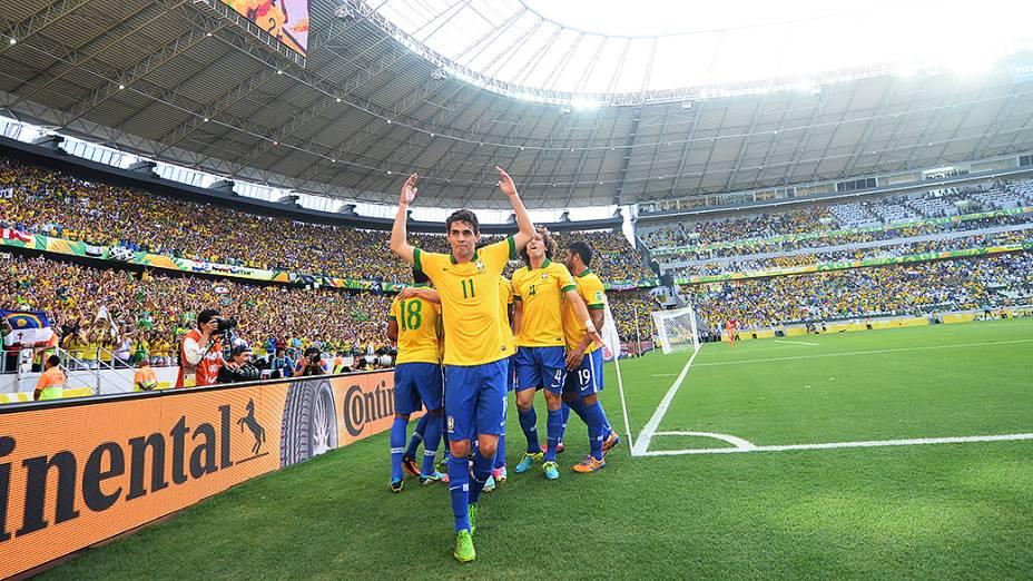 Neymar marca o primeiro gol do Brasil na partida contra o México, nesta quarta-feira (19) em Fortaleza