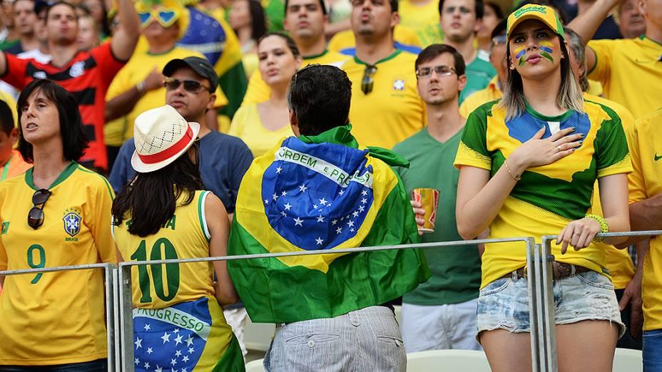 Torcida faz protesto durante Hino do Brasil na partida contra o México, nesta quarta-feira (19) em Fortaleza