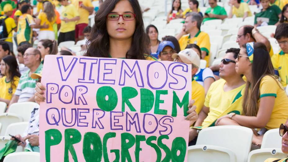 Torcida brasileira leva cartazes com protesto ao Estádio do Castelão, no Jogo contra o México pela Copa das Confederações