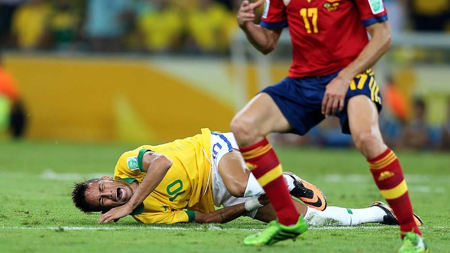 Neymar caido após sofrer falta no estádio Maracanã durante final da Copa das Confederações entre Brasil e Espanha, no Rio de Janeiro