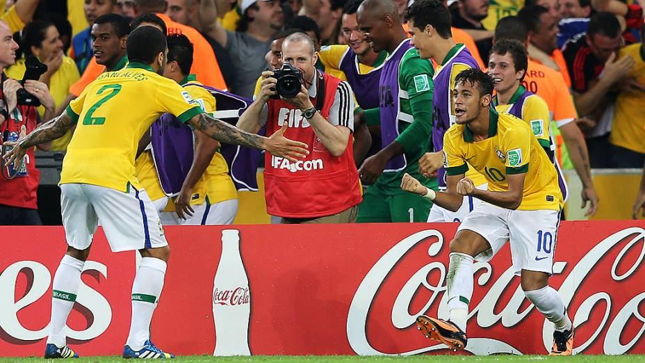 Neymar comemora gol com Fred no estádio Maracanã durante final da Copa das Confederações entre Brasil e Espanha, no Rio de Janeiro