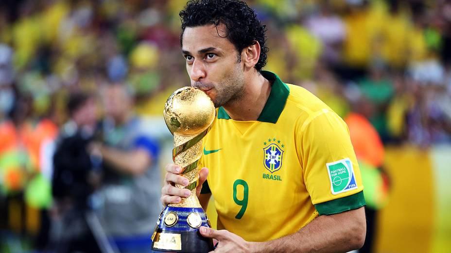 Fred com a taça no estádio Maracanã durante final da Copa das Confederações entre Brasil e Espanha, no Rio de Janeiro