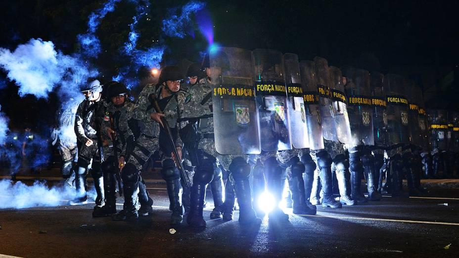Tropa de choque utiliza gás lacrimogêneo durante um protesto em uma rua perto do estádio do Maracanã do Rio de Janeiro