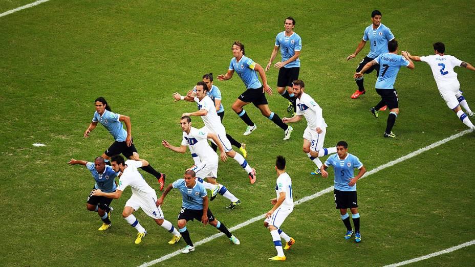Os jogadores do Uruguai e Itália competem por um lance de bola parada durante a Copa das Confederações na Arena Fonte Nova em Salvador