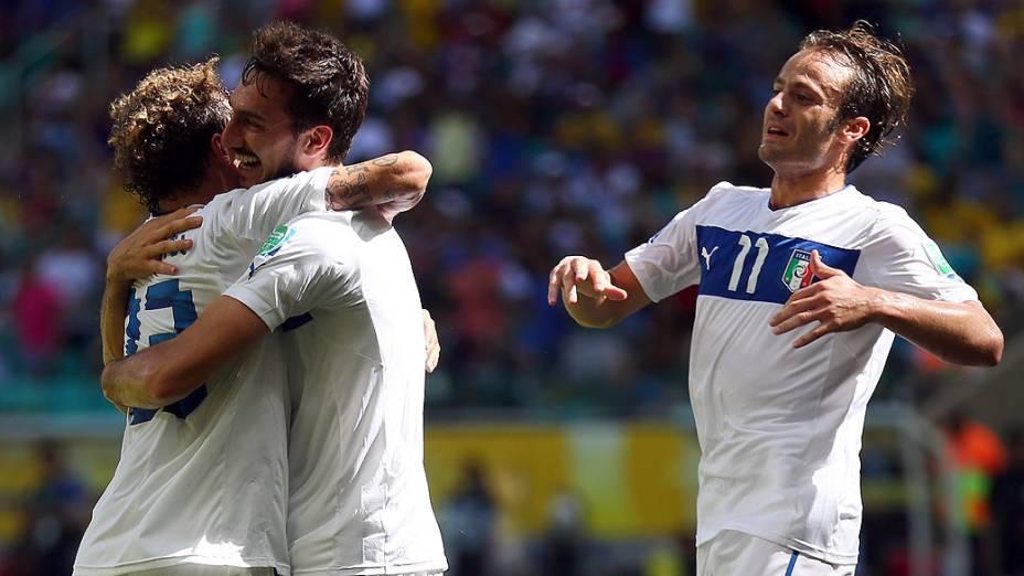 Davide Astori da Itália comemora o primeiro gol com seus companheiros de equipe durante a Copa das Confederações durante partida entre Uruguai e Itália na Arena Fonte Nova, Salvador