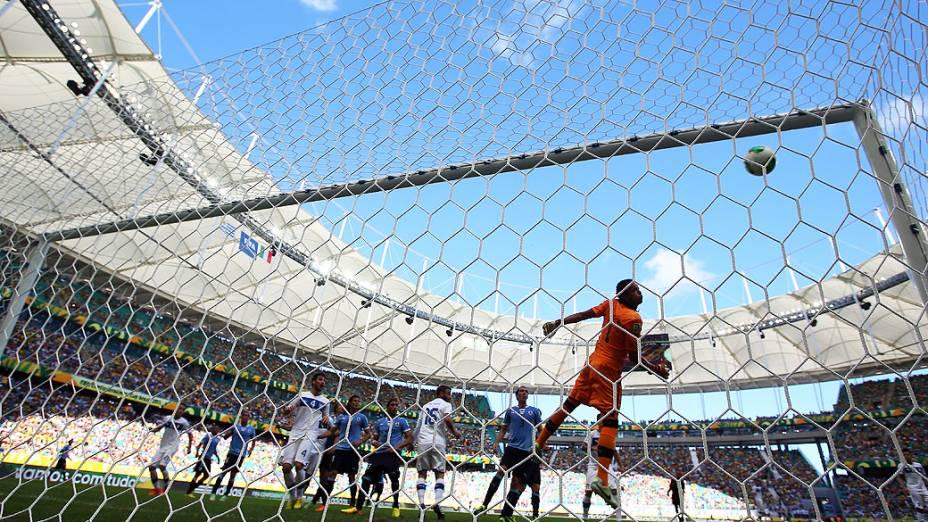 A bola acerta a trave antes do primeiro gol da Itália durante a Copa das Confederaçõespartida entre Uruguai e Itália na disputa pelo terceiro lugar na Arena Fonte Nova em Salvador