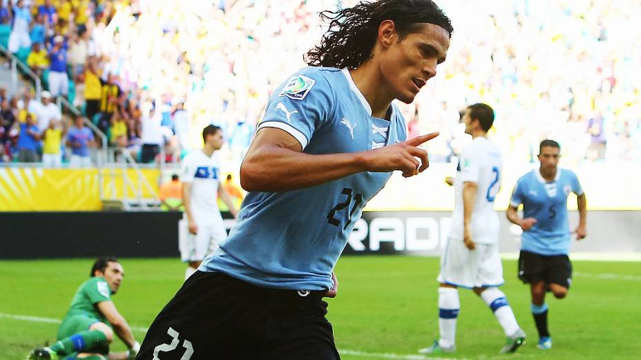 Edinson Cavani do Uruguai comemora marcando o primeiro gol de sua equipe, durante a Copa das Confederações partida entre Uruguai e Itália na Arena Fonte Nova em Salvador