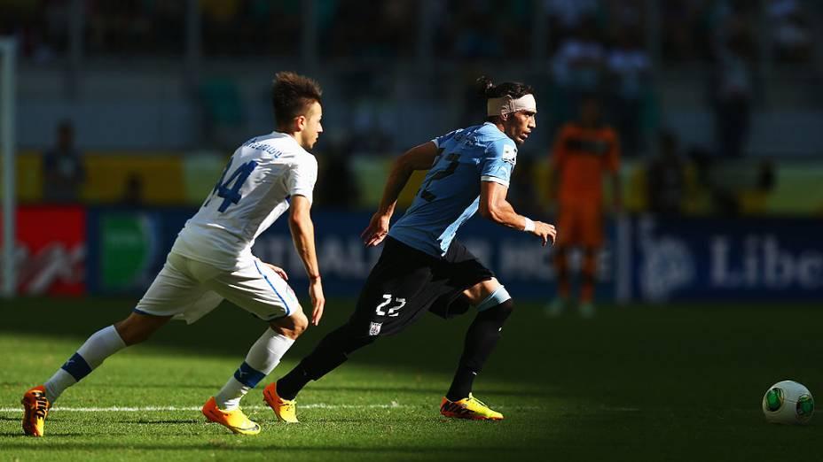 Stephan El Shaarawy da Itália concorre com Martin Caceres do Uruguai durante a Copa das Confederações em Salvador