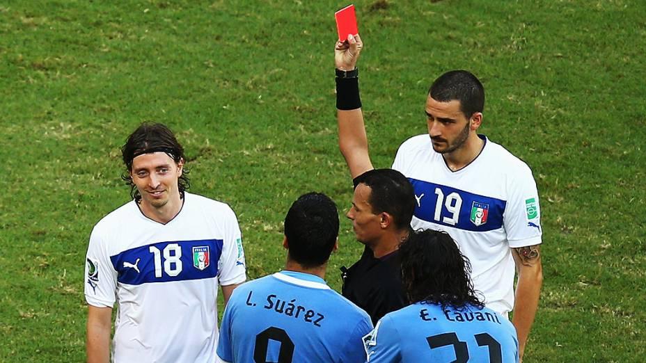 Árbitro Djamel Haimoud mostra um cartão vermelho para Riccardo Montolivo da Itália durante a Copa das Confederações naArena Fonte Nova em Salvador