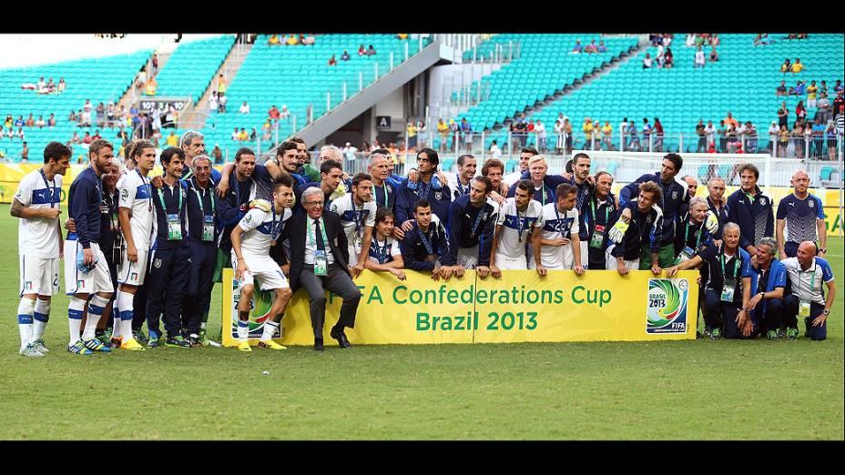 A equipe de Itália posa para uma foto após sua vitória e conquista da terceira posição na Copa das Confederações na Arena Fonte Nova em Salvador
