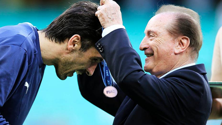 Da Itália, o goleiro Gianluigi Buffonrecebe sua medalha de terceiro lugar do Presidente da CONMEBOL Eugenio Figueredo,na Copa das Confederações na Arena Fonte Nova, em Salvador