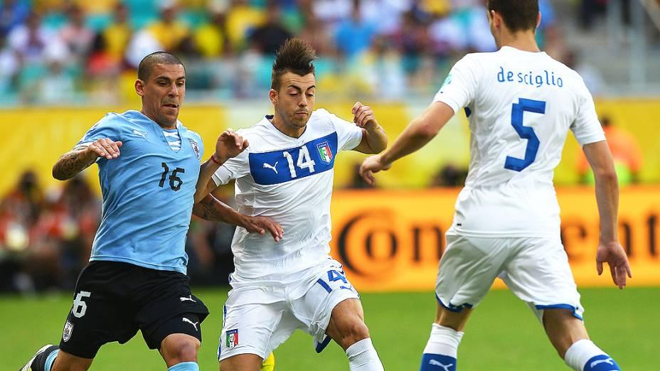 Defensor Maximiliano Pereira (E)do Uruguai com o atacante italiano Stephan El Shaarawy (C) durante a sua Copa das Confederações durante jogo pelo terceiro lugar, na Arena Fonte Nova, em Salvador