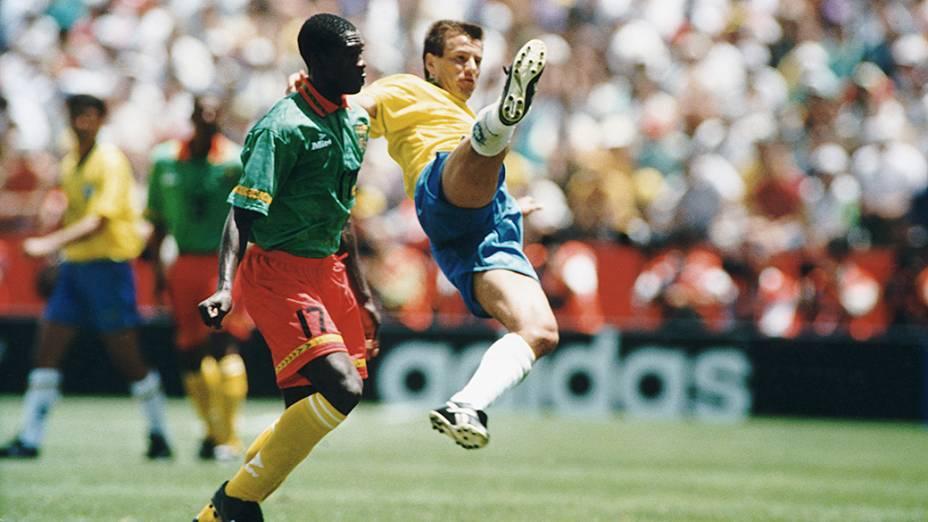 Foe, de Camarões, e Dunga, do Brasil, durante jogo pela Copa do Mundo de 1994, Estádio Stanford