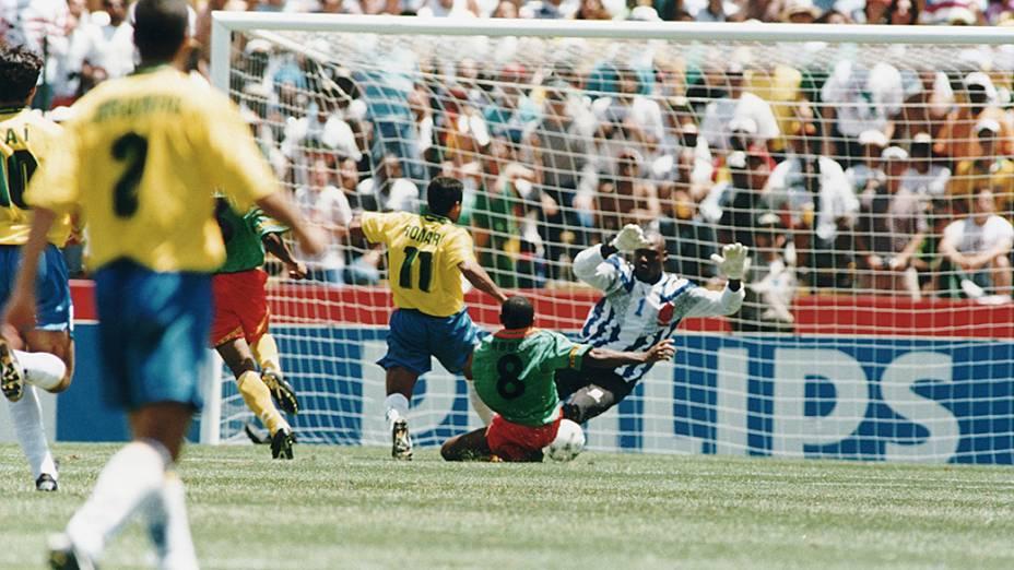 Romário do Brasil disputando a bola com Mbouh e Bell de Camarões, em partida válida pela Copa do Mundo de 1994, no estádio Stanford