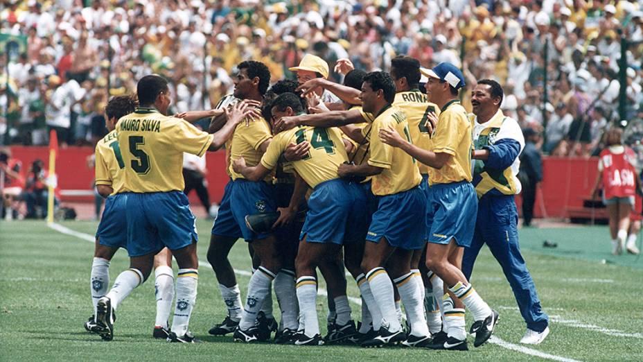 Jogadores do Brasil comemorando gol contra Camarões, no Estádio Stanford, em Palo Alto