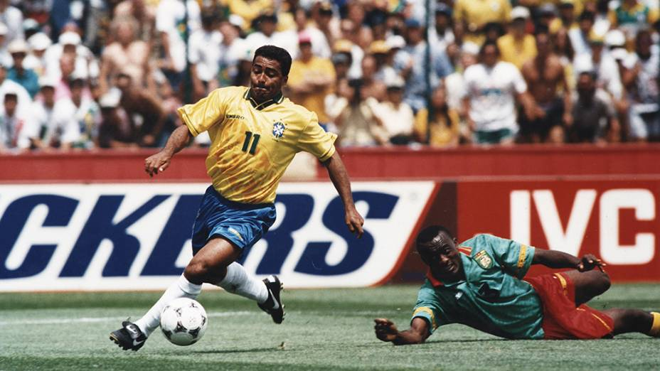 Romário, do Brasil e Kalla, de Camarões na vitória de 3 a 0 do Brasil sobre Camarões, pela Copa do Mundo de 1994, no Estádio Stanford