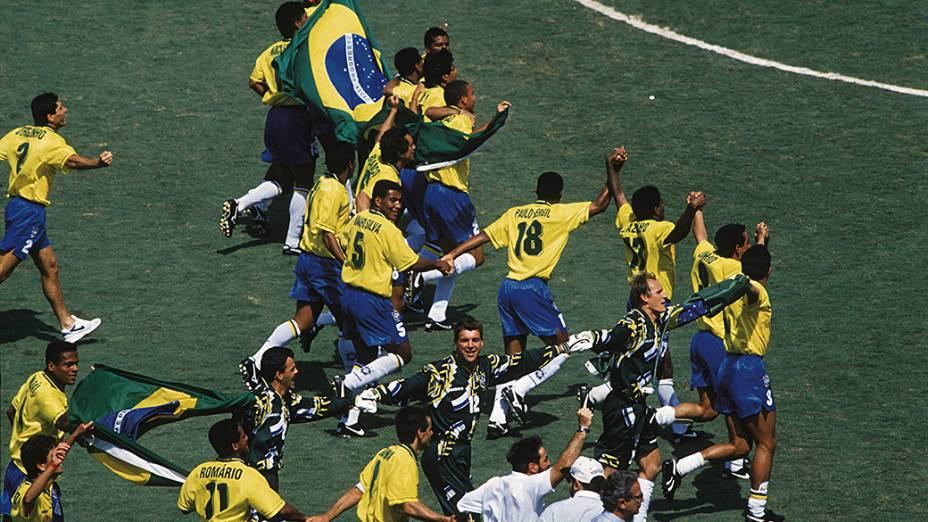 Jogadores da seleção brasileira comemorando a conquista da Copa do Mundo de 1994 na final contra a Itália, no Estádio Rose Bowl, em Los Angeles