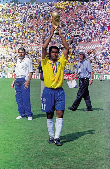 Romário erguendo a Taça Fifa, após a vitória sobre a Itália e a conquista da Copa do Mundo de 1994, no Estádio Rose Bowl, em Los Angeles