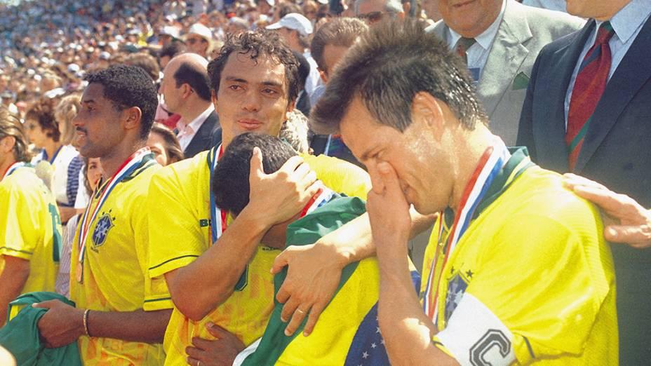 Romário sendo abraçado por Branco ao lado de Dunga e Viola, após a vitória sobre a Itália e a conquista da Copa do Mundo de 1994