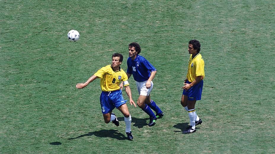Dunga e Branco, contra Donadoni, da Itália, na final da Copa do Mundo de 1994