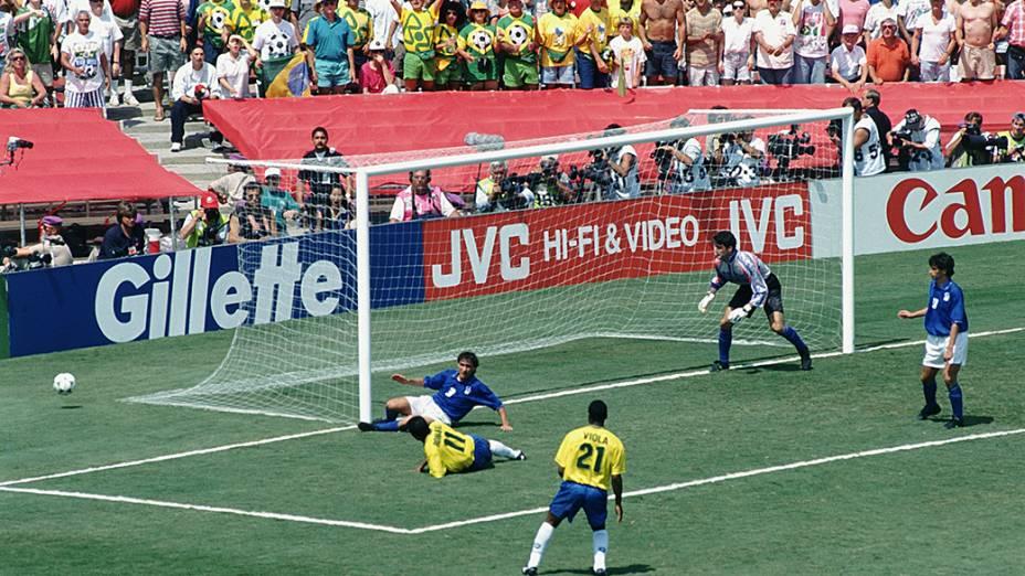Romário e Viola, com Pagliuca e Benarrivo, da Itália, na final da Copa do Mundo de 1994