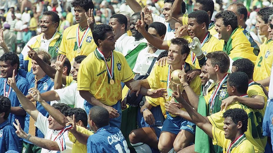 Jogadores do Brasil erguem a taça de campeão, após a conquista da Copa de Mundo de 1994 sobre a Itália