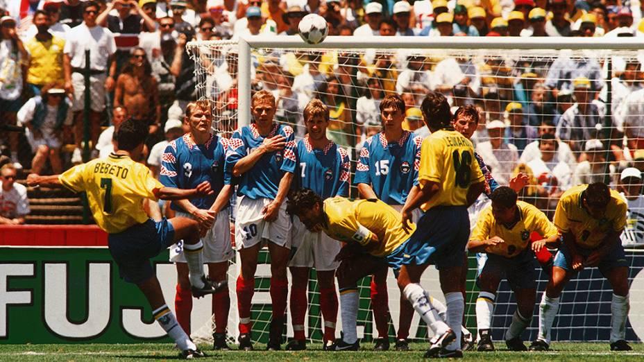Bebeto cobra falta no jogo contra a Rússia, pela Copa do Mundo de 1994