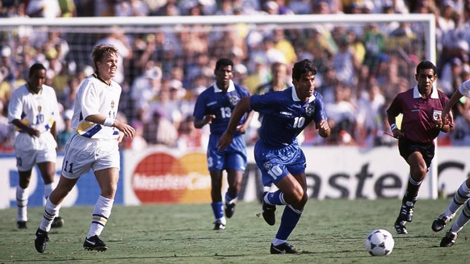 Raí e Brolin, da Suécia, na semifinal da Copa do Mundo de 1994
