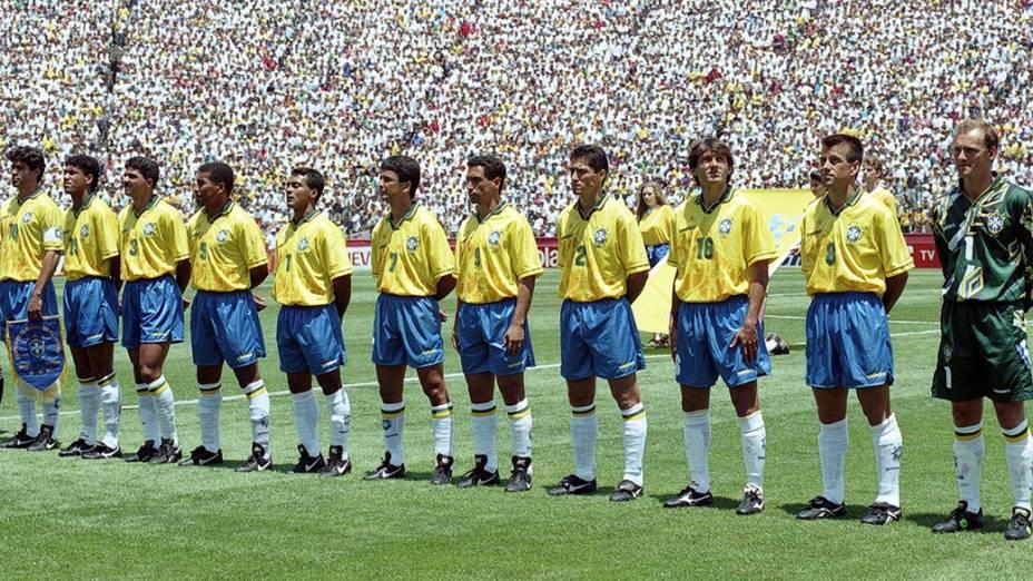 Jogadores do Brasil, antes do jogo contra a Rússia, pela Copa do Mundo de 1994, no Estádio Stanford, em Palo Alto