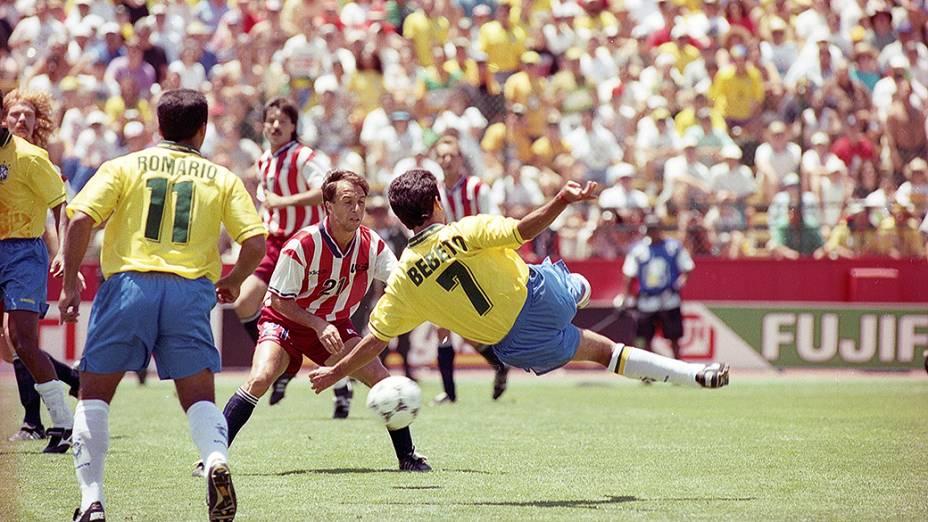 Romário e Bebeto no jogo contra os Estados Unidos pela Copa do Mundo de 1994