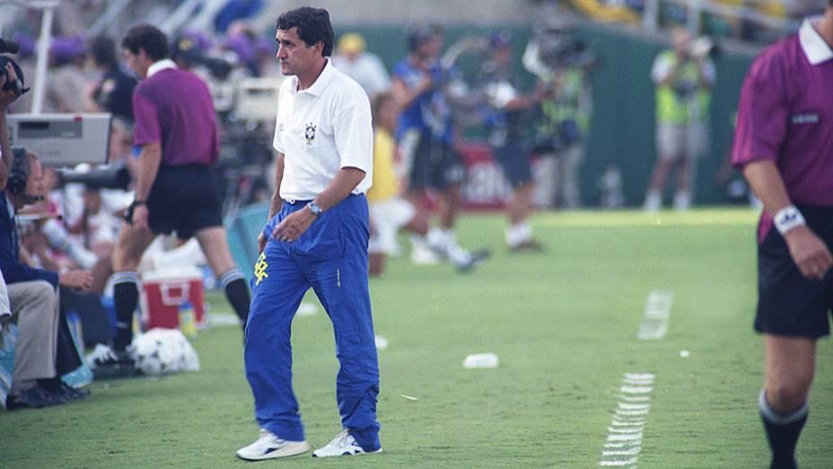 Carlos Alberto Parreira, técnico do Brasil, no jogo contra a Suécia, na semifinal da Copa do Mundo de 1994