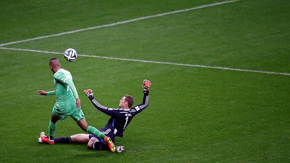 O goleiro alemão Neuer marca o jogador da Argélia no Beira-Rio, em Porto Alegre
