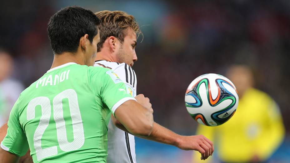 Jogador da Alemanha é marcado pelo argelino Mandi no Beira-Rio, em Porto Alegre
