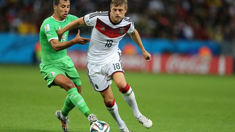 O alemão Kroos é marcado pelo jogador da Argélia no Beira-Rio, em Porto Alegre